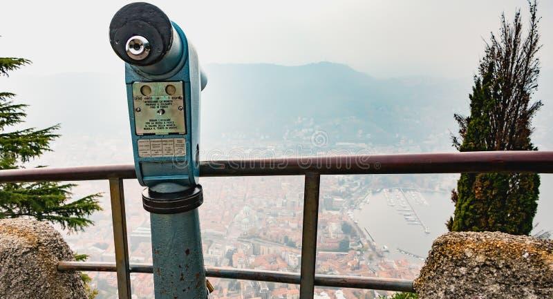 Betala blått skjuta ihop för att hålla ögonen på staden av Como royaltyfri fotografi
