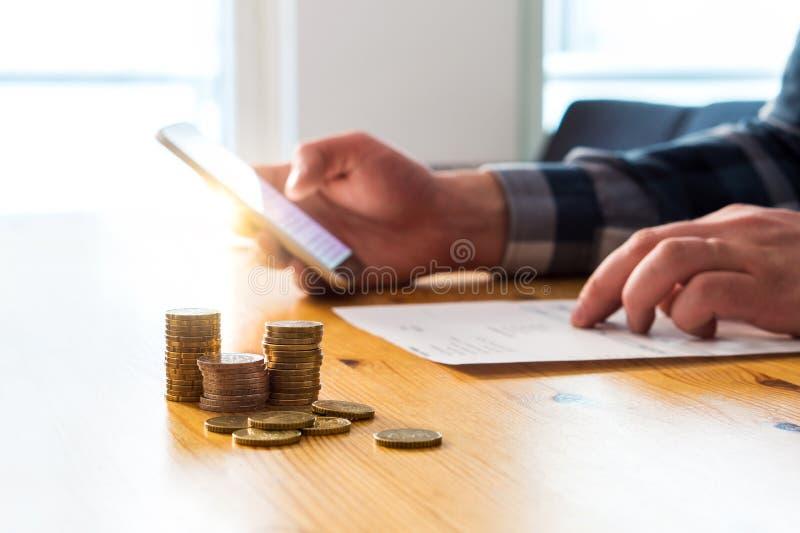 Betala den elektroniska räkningen med smartphonen Digital internetbetalning royaltyfria bilder