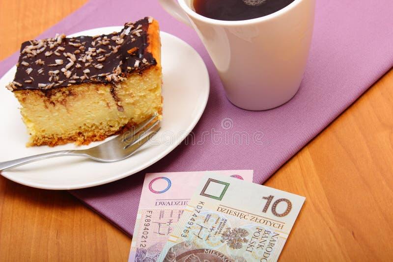 Betala för ostkaka och kaffe i kafét, finansbegrepp fotografering för bildbyråer