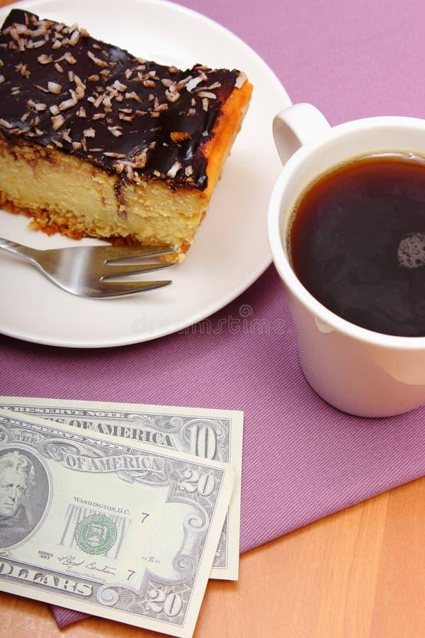 Betala för ostkaka och kaffe i kafét, finansbegrepp arkivbild
