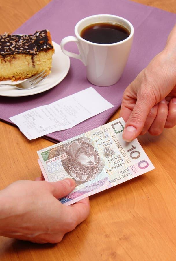 Betala för ostkaka och kaffe i kafét, finansbegrepp royaltyfri bild