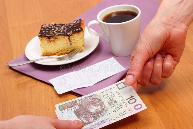 Betala för ostkaka och kaffe i kafét, finansbegrepp royaltyfri fotografi