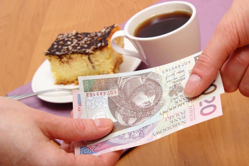 Betala för ostkaka och kaffe i kafét, finansbegrepp arkivfoto