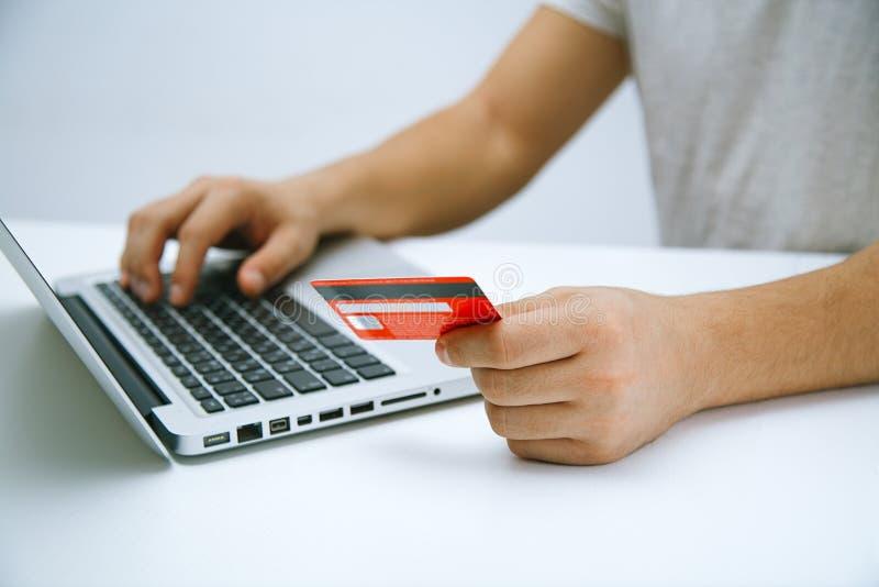 Betala med den online-kreditkorten arkivfoton