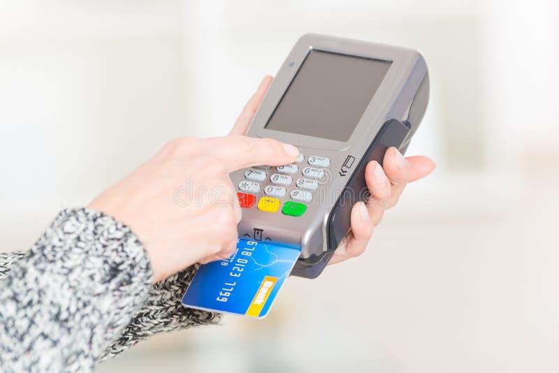 Betala med krediterings- eller debiteringkortet arkivbild