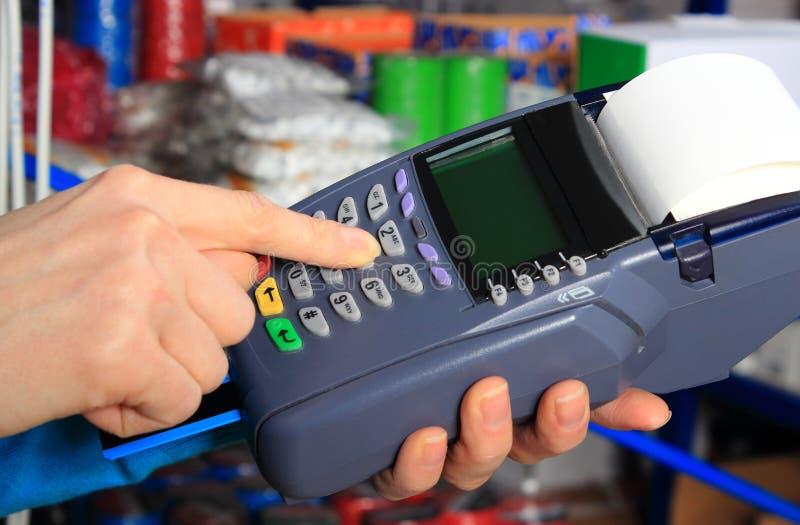 Betala med kreditkorten i ett elektriskt shoppa, finansiera begreppet royaltyfri foto