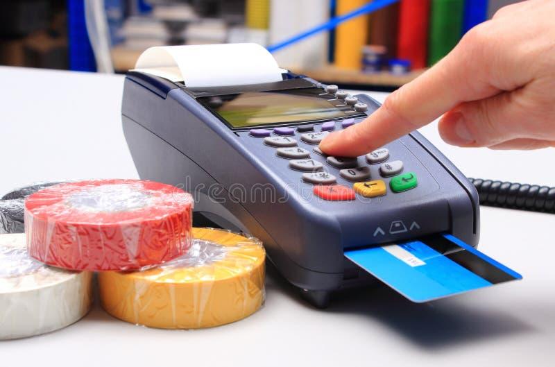 Betala med kreditkorten i ett elektriskt shoppa, finansiera begreppet royaltyfria foton