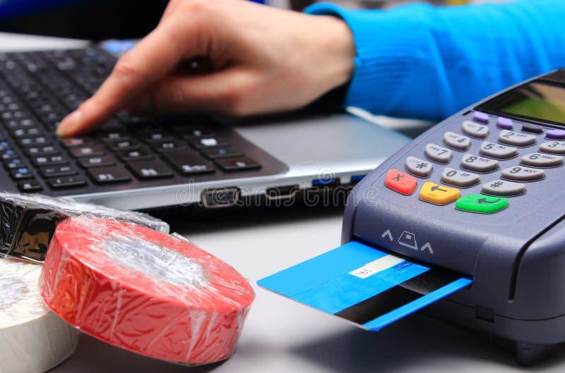Betala med kreditkorten i ett elektriskt shoppa, finansiera begreppet royaltyfri fotografi