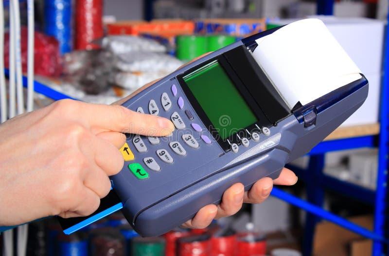 Betala med kreditkorten i ett elektriskt shoppa, finansiera begreppet royaltyfri bild