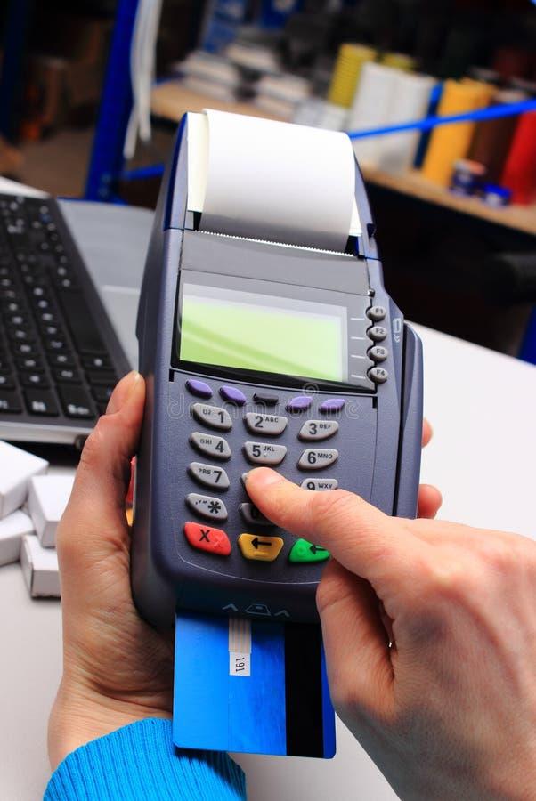 Betala med kreditkorten i ett elektriskt shoppa, finansiera begreppet arkivfoton