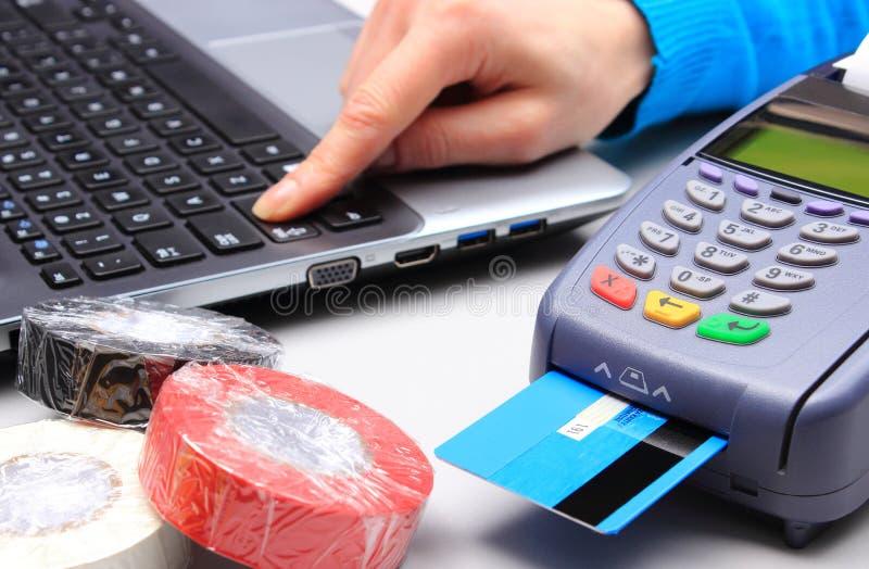 Betala med kreditkorten i ett elektriskt shoppa, finansiera begreppet fotografering för bildbyråer