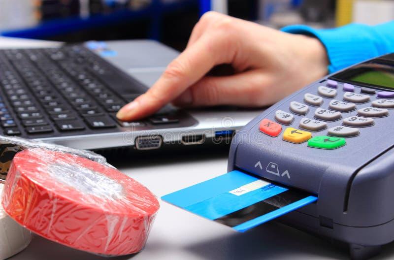 Betala med kreditkorten i ett elektriskt shoppa, finansiera begreppet arkivbilder