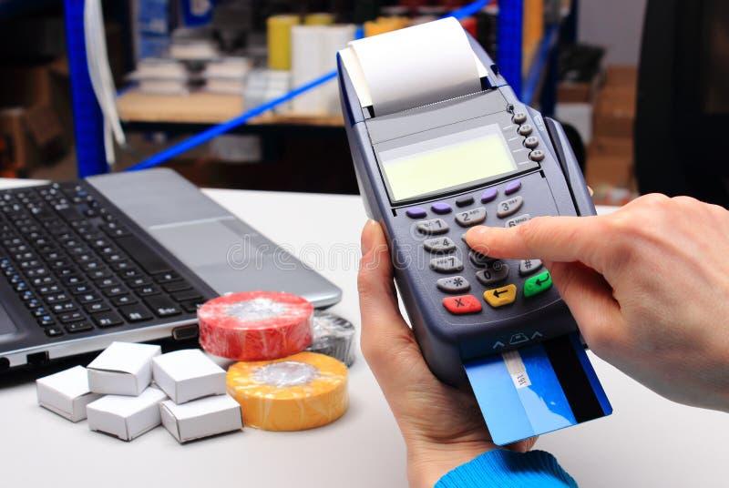 Betala med kreditkorten i ett elektriskt shoppa, finansiera begreppet royaltyfria bilder