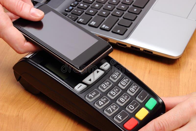 Betala med mobiltelefonen med NFC-teknologi, finansbegrepp fotografering för bildbyråer