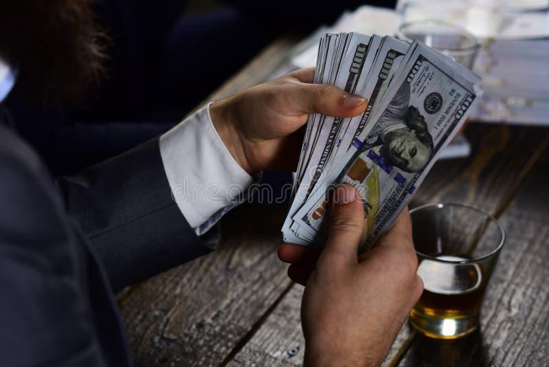 Betala projekt, genom att lyfta monetära bidrag Händer som räknar oss dollarsedlar Kassapengar i händer av royaltyfri bild
