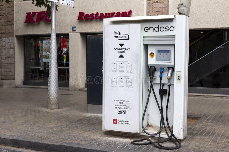 Betald uppladdningsstation f?r elbilar Begrepp av ekologisk elektrisk transport Gata av Barcelona, Catalonia, Spanien arkivbild