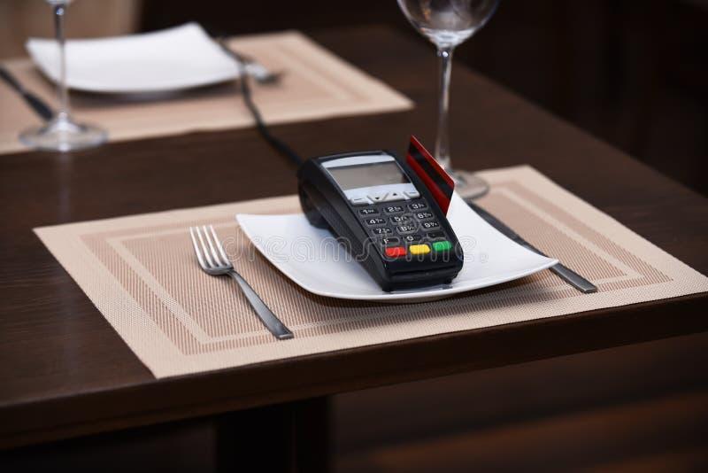 Betaling met creditcard Creditcardterminal op plaat stock fotografie