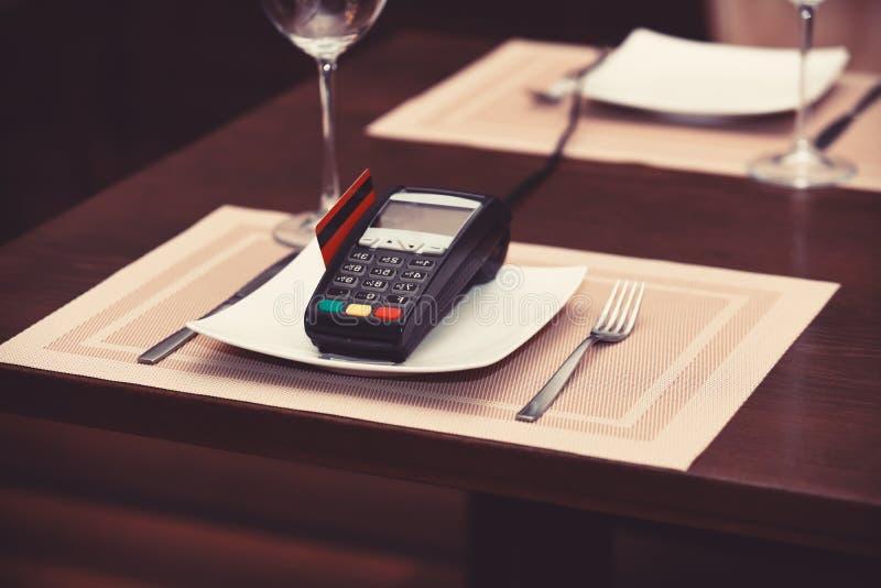 Betaling met creditcard Creditcardterminal op plaat stock afbeeldingen