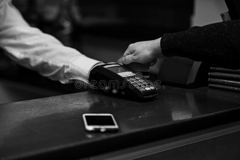 Betaling met creditcard De mannelijke hand zet bankkaart in lezer royalty-vrije stock foto