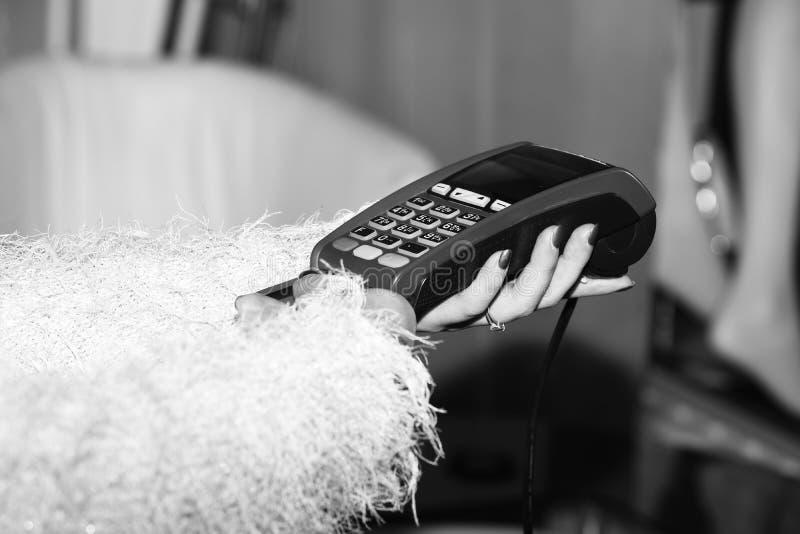 Betaling met creditcard EDC machine of creditcardterminal royalty-vrije stock afbeelding