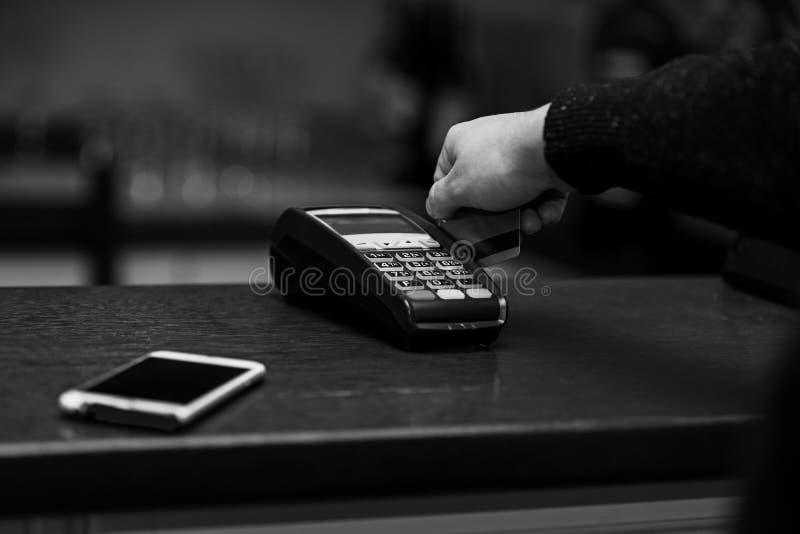 Betaling met creditcard EDC machine of terminal stock afbeeldingen