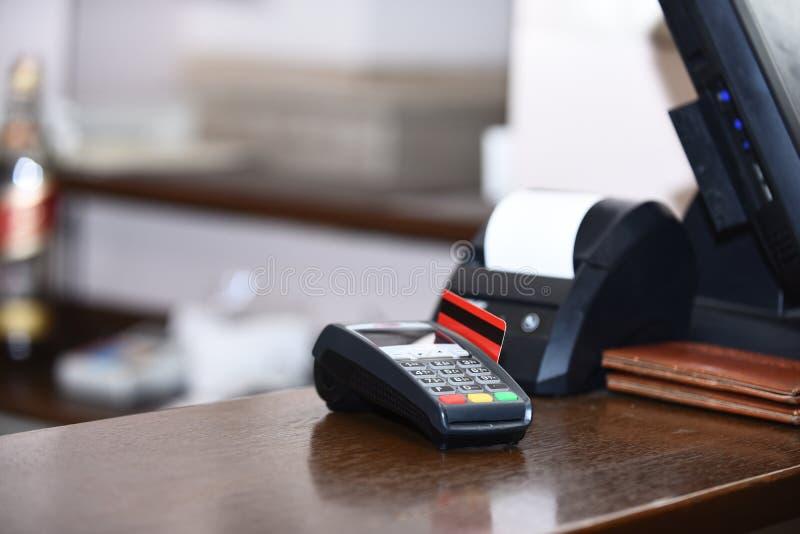 Betaling met creditcard Rode die bankkaart in EDC machine wordt opgenomen royalty-vrije stock afbeelding