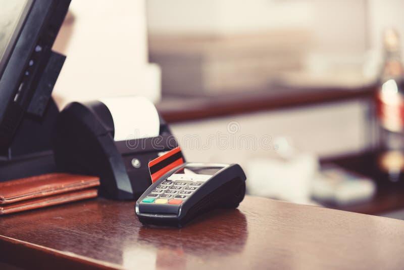 Betaling met creditcard Rode die bankkaart in EDC machine wordt opgenomen stock afbeeldingen