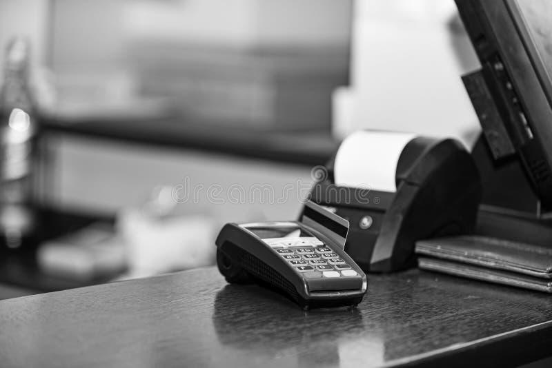Betaling met creditcard Rode die bankkaart in EDC machine wordt opgenomen royalty-vrije stock fotografie