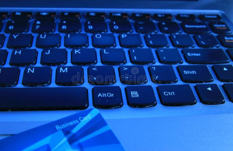 Betaling van de elektronische handel de online computer met een adreskaartje stock afbeelding