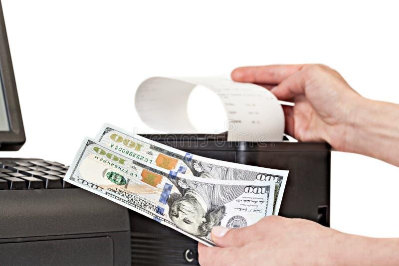 Betaling voor aankopen in de opslag door contant geld Ontvangstbewijsprinter met stock afbeelding