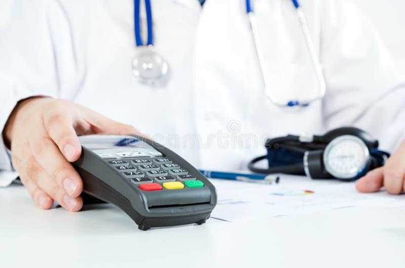 Betalingsterminal in doctor& x27; s bureau Betaal voor gezondheidszorg stock fotografie