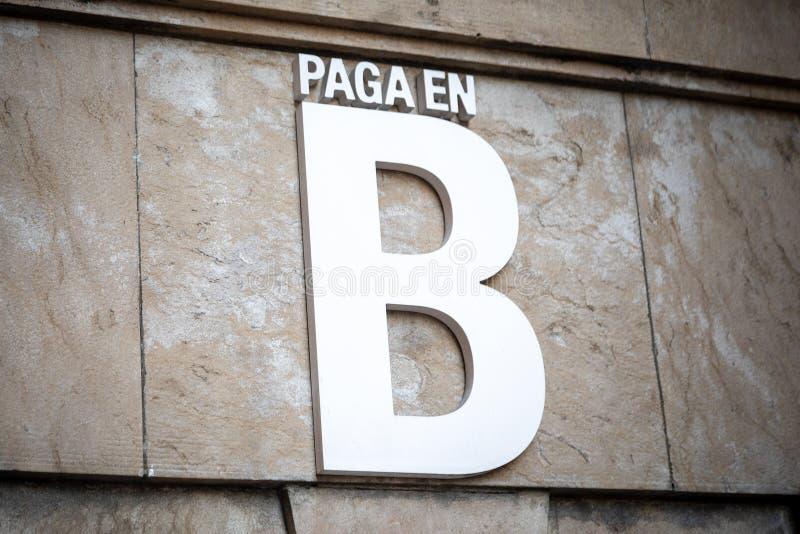 Betalning i b-svartpengar i spanskt royaltyfri foto