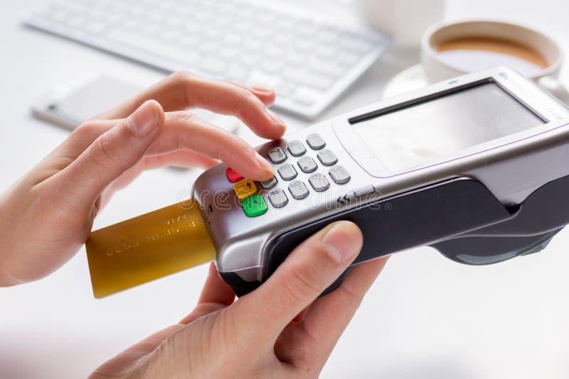Betalning i kafébegrepp med kortet och terminal på vit bakgrund royaltyfria bilder