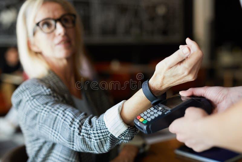 Betalning i kaf? royaltyfri bild