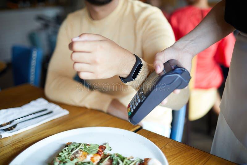 Betalning till och med smartwatch arkivbild