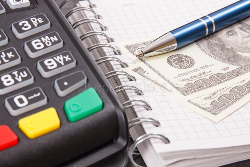 Betalningterminal för cashless betala i olik ställen, notepad och valutadollar royaltyfri bild