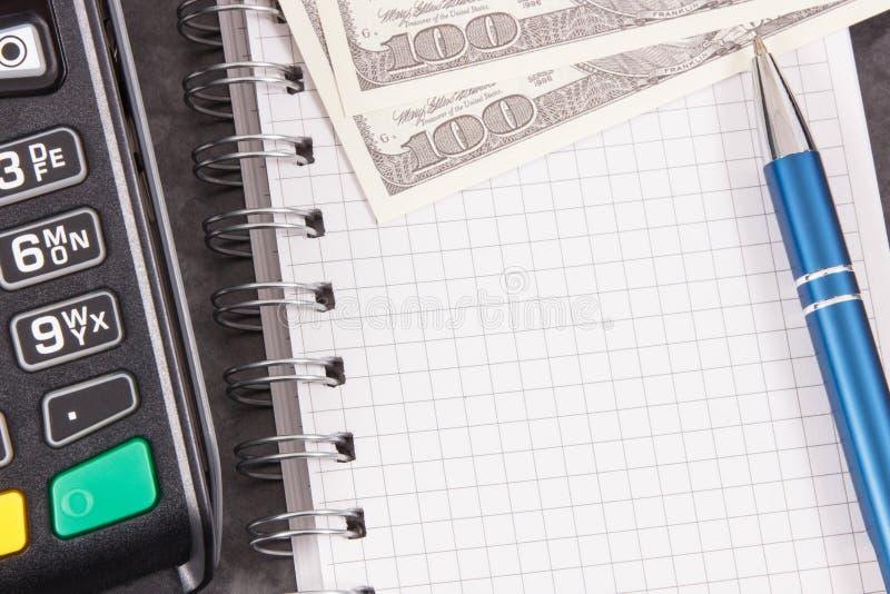 Betalningterminal f?r cashless betala i olik st?llen, notepad och valutadollar placera text royaltyfri foto