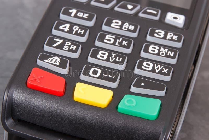 Betalningterminal genom att använda för att skriva in stiftkod Cashless betala för att shoppa arkivfoton
