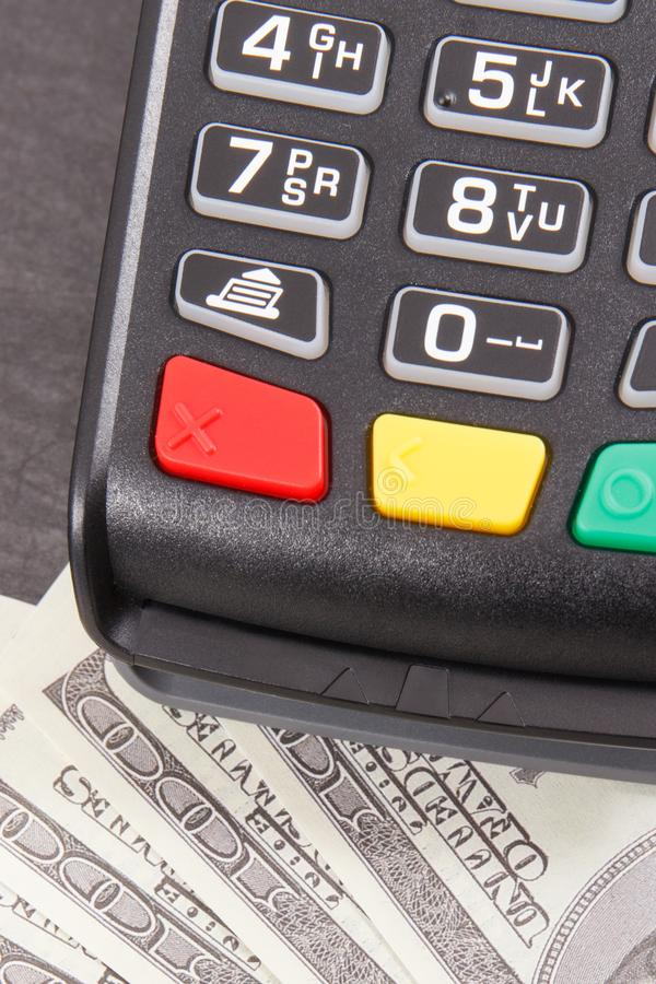 Betalningterminal, kreditkortavläsare och pengar Cashless eller kassa som betalar för att shoppa arkivfoton