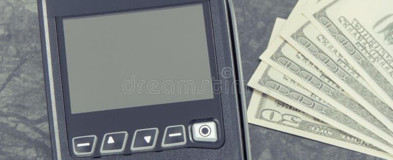 Betalningterminal, kreditkortavl?sare och pengar Cashless eller kassa som betalar f?r att shoppa royaltyfria foton