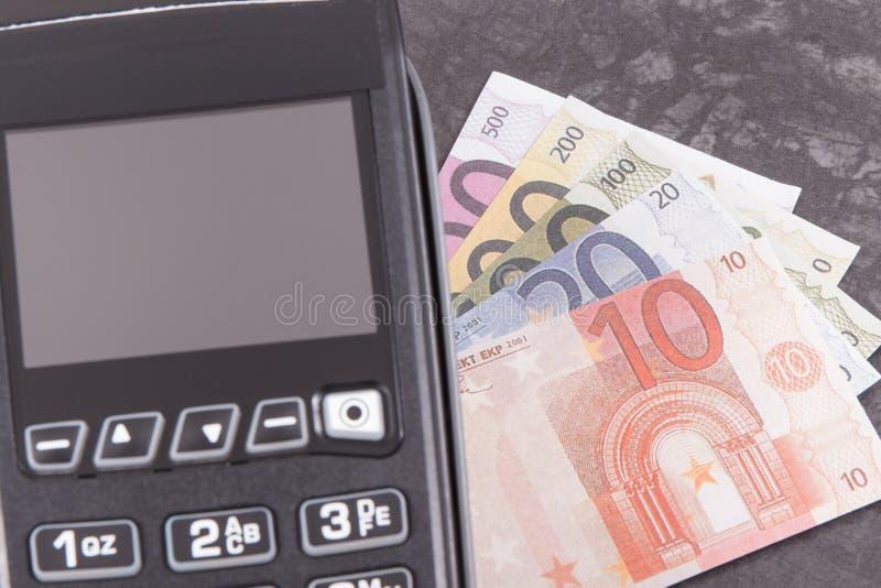 Betalningterminal, kreditkortavl?sare och pengar Cashless eller kassa som betalar i olika st?llen arkivfoto