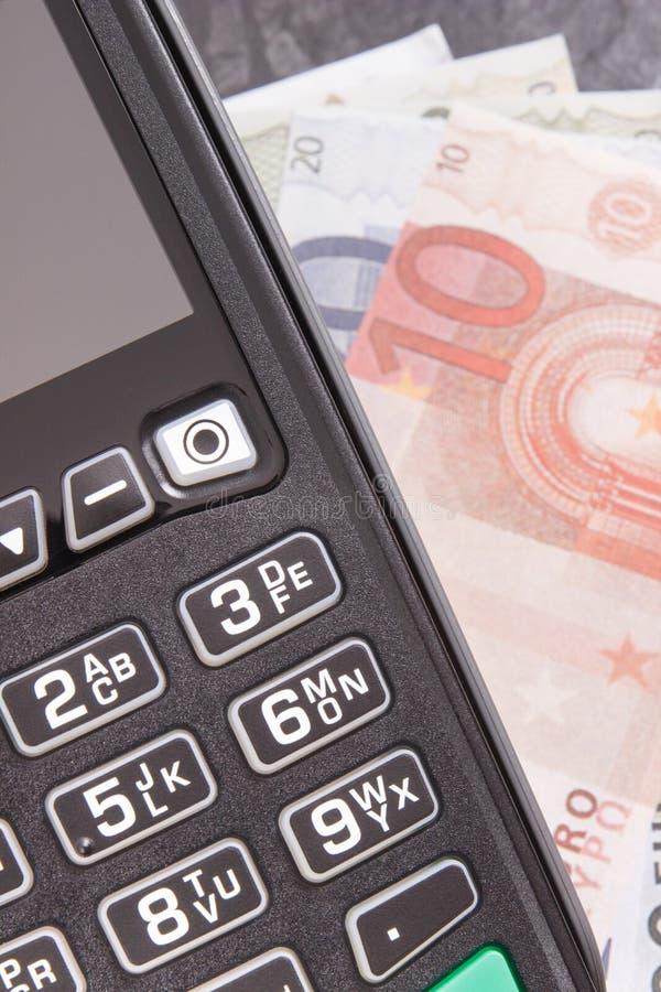 Betalningterminal, kreditkortavl?sare och pengar Cashless eller kassa som betalar i olika st?llen royaltyfria bilder