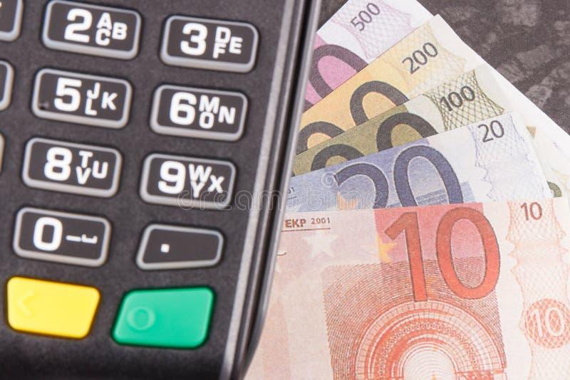 Betalningterminal och curriencieseuro Val mellan cashless eller kassa som betalar f?r att shoppa bakgrundsbegreppet bantar guld-  arkivfoto