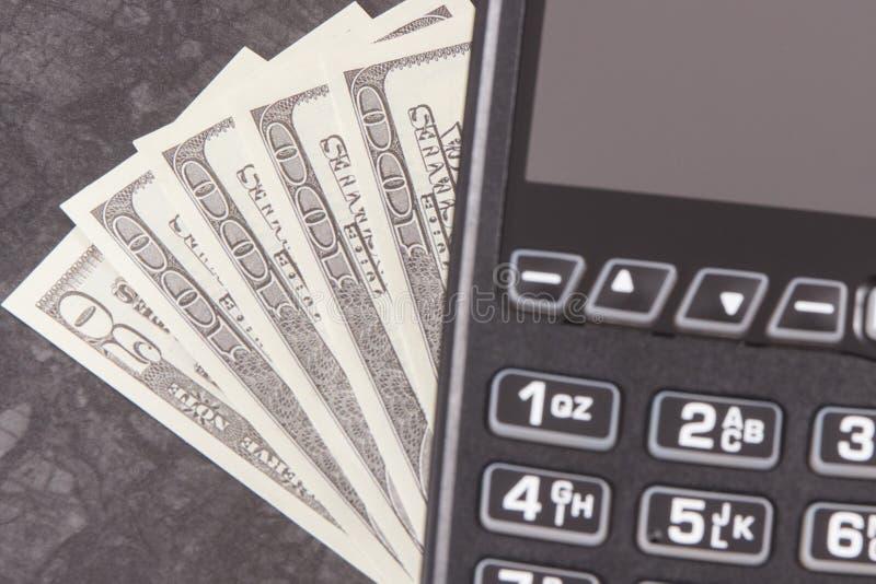 Betalningterminal och valutadollar Val mellan cashless eller kassa som betalar i olika ställen royaltyfria foton