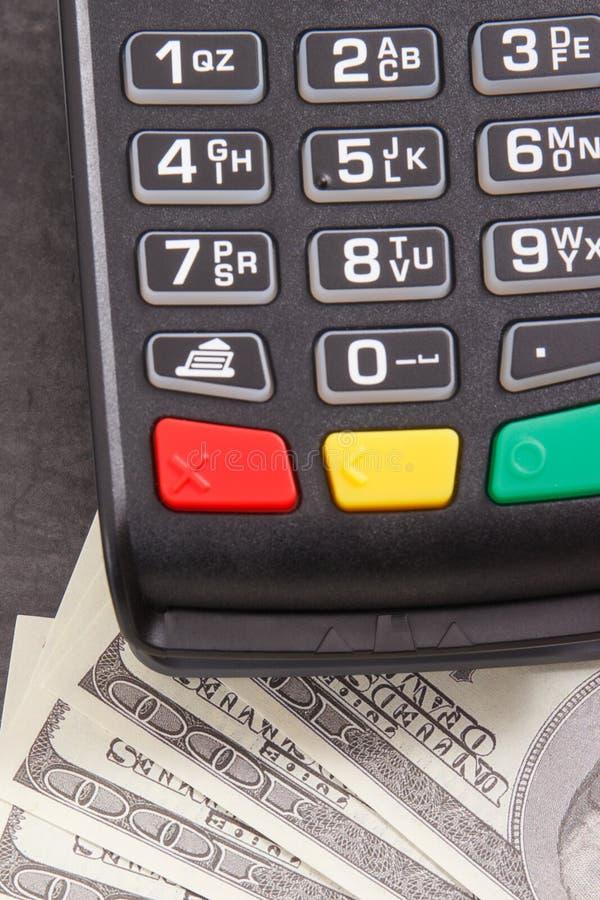 Betalningterminal och valutadollar Val mellan cashless eller kassa som betalar i olika st?llen royaltyfria bilder