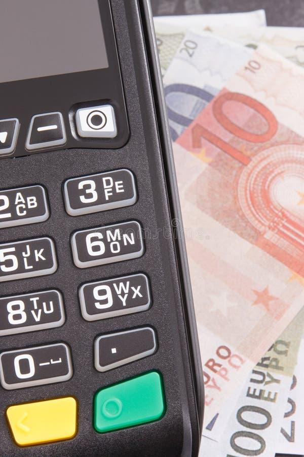 Betalningterminal och valutaeuro Cashless eller kassa som betalar i olika st?llen arkivbilder