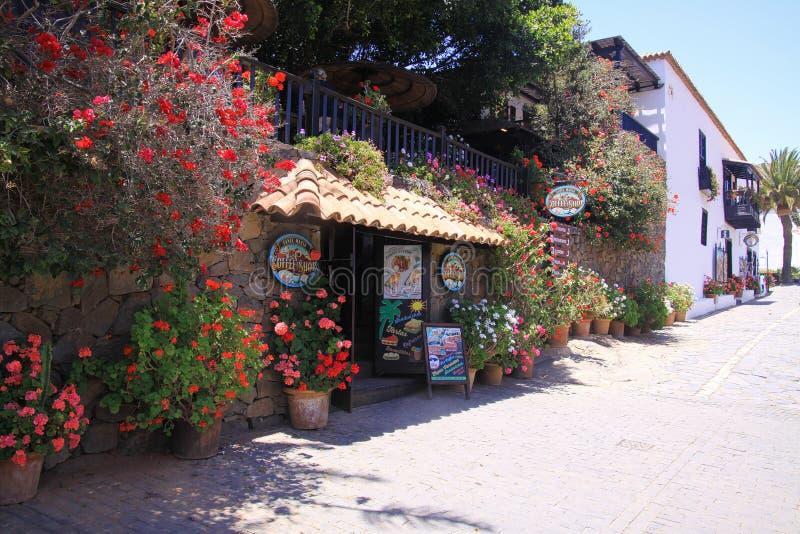 BETANCURIA, FUERTEVENTURA - JUIN 14 2019 : Vue sur reataurant avec des fleurs images stock