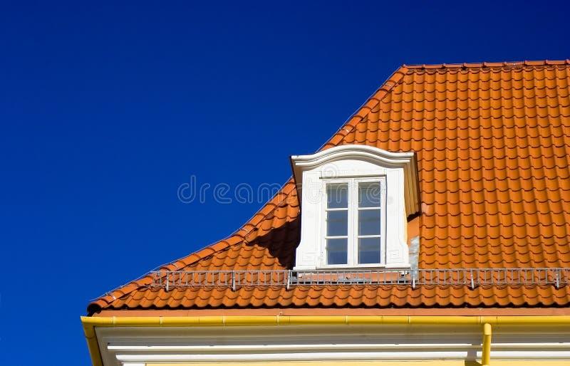 Betegeld dak en één venster royalty-vrije stock fotografie