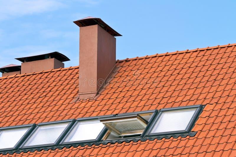 Betegeld dak met vensters royalty-vrije stock afbeelding