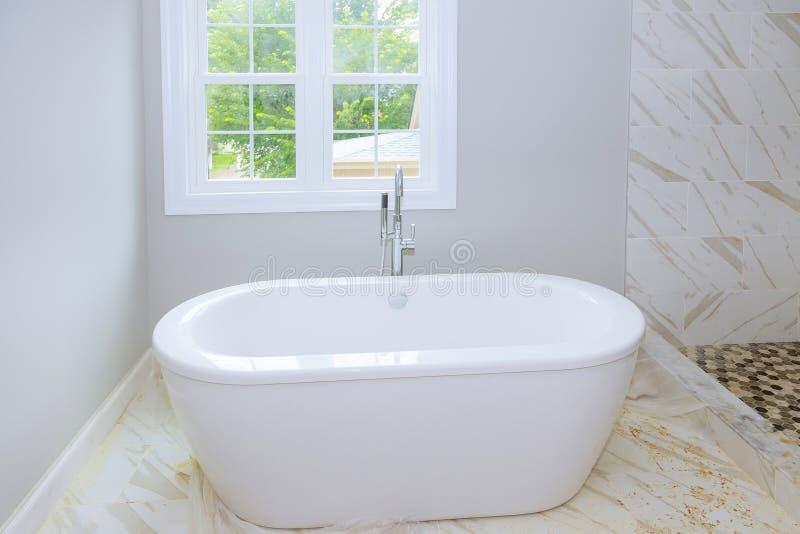 Betegelde ceramische muren in badkamers, modern ontwerp met tegels badkamersbinnenland met minimalistic ontwerpidee van nieuwe ba royalty-vrije stock foto's